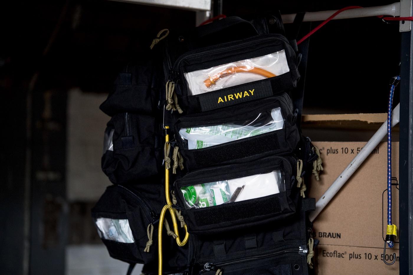 Ein Einsatzrucksack ist bestückt mit medizinischem Equipment und Arznei.
