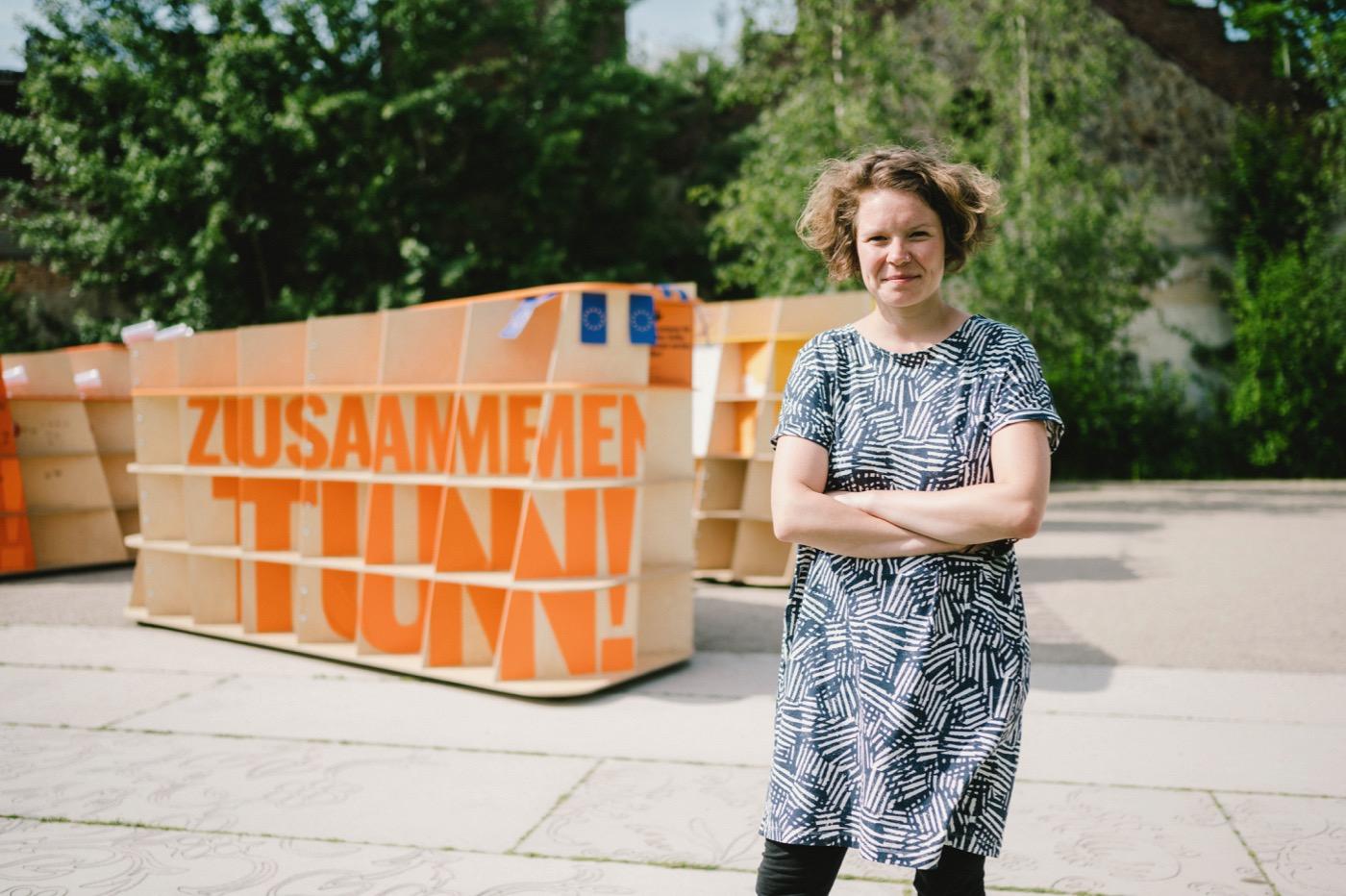 """Hannah Göppert betreut eine Ausstellung der """"Offenen Gesellschaft""""."""