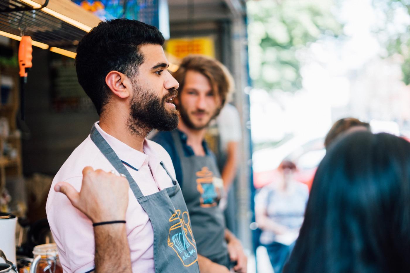 Bevor es losgeht, zeigt Ghaith Henki den Gästen die Küchenausstattung.