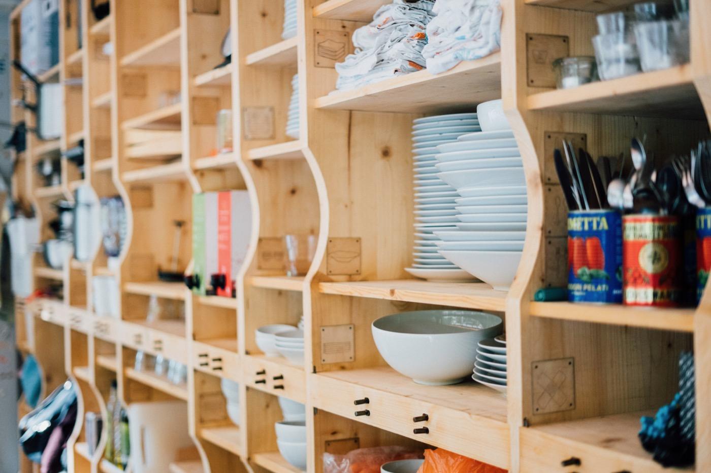 Ein großes Regal bietet Platz für allerhand Geschirr, Schüsseln und Töpfe.