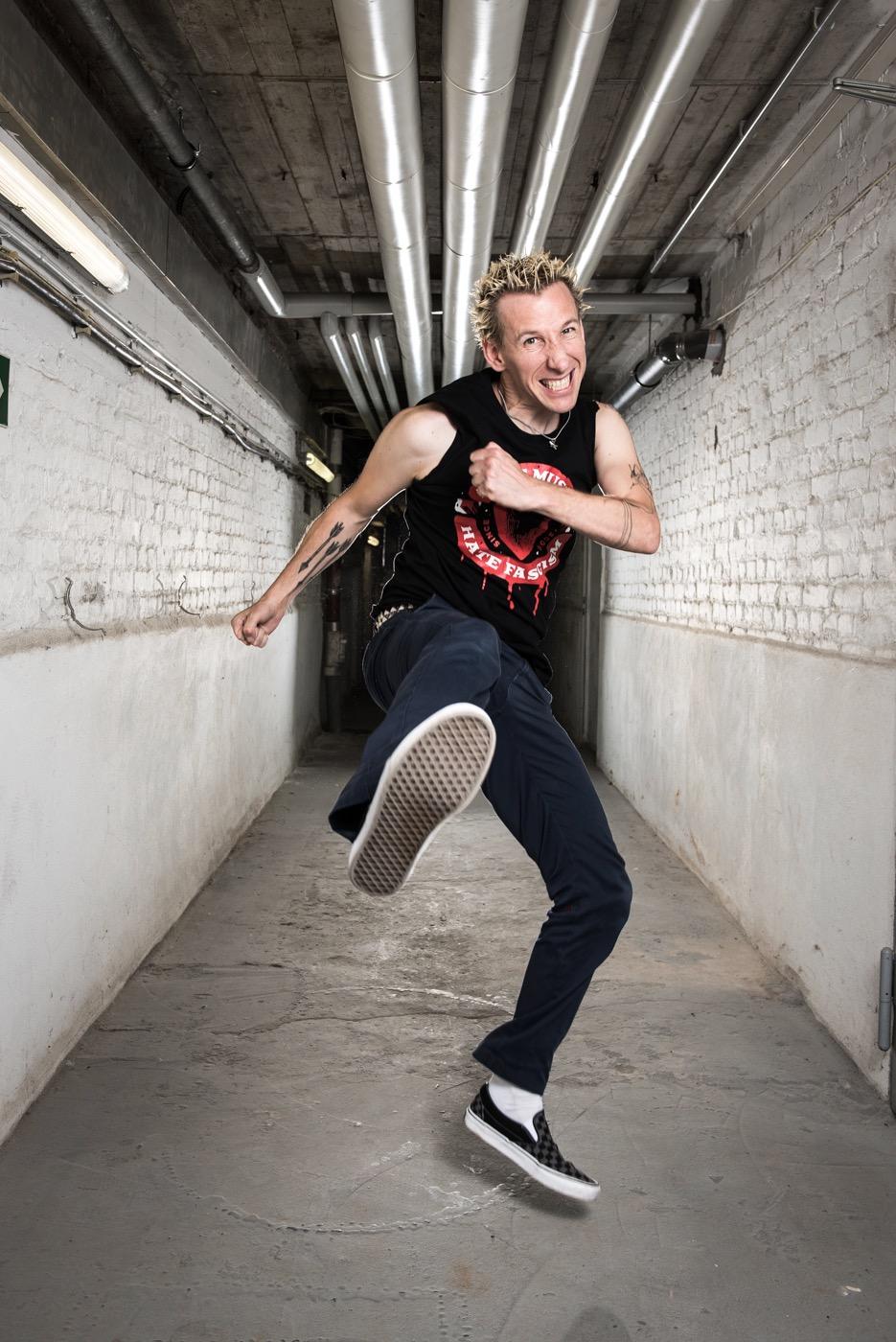 Joshi ist Sänger und Gitarrist der Göttinger Punk-Band ZSK.