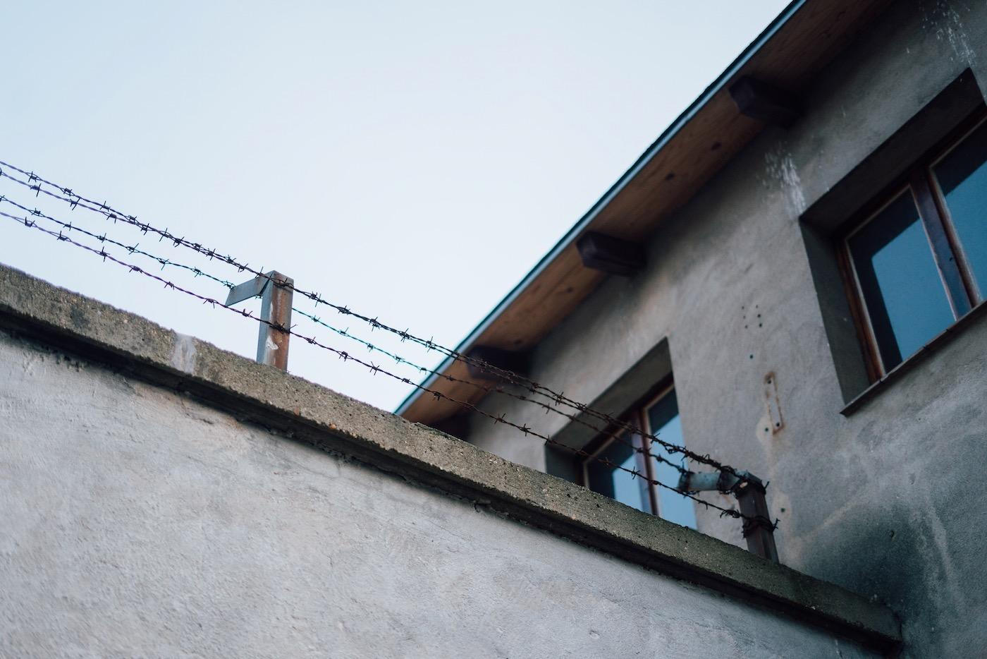 Steffi Lehmann klärt über die Geschichte des Kaßberg-Gefängnisses auf.
