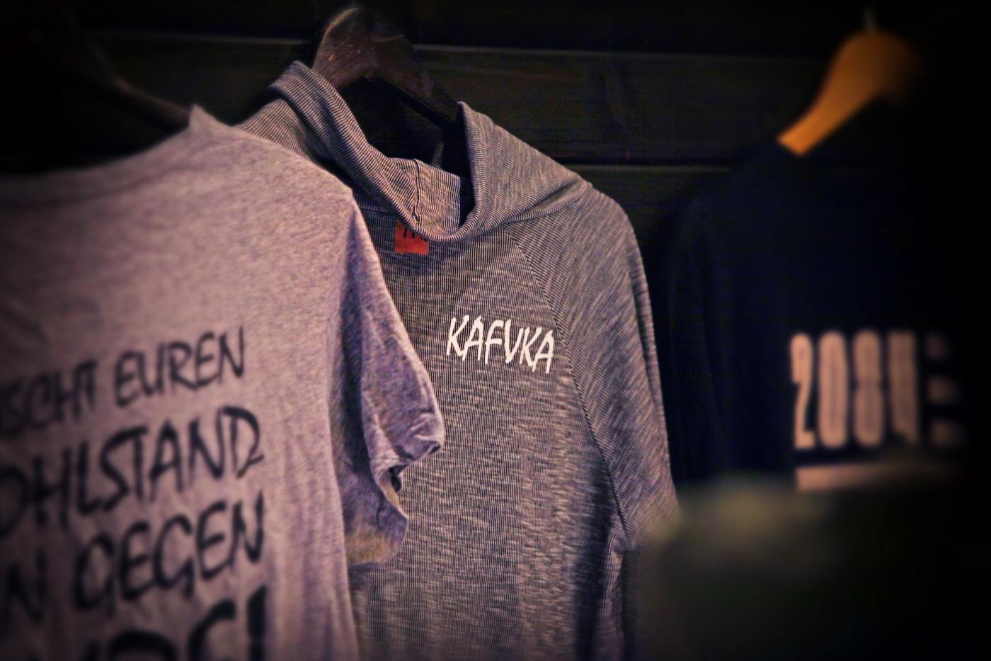 Die Band verkauft ausschließlich Second-Hand- und Fair-Trade-T-Shirts.