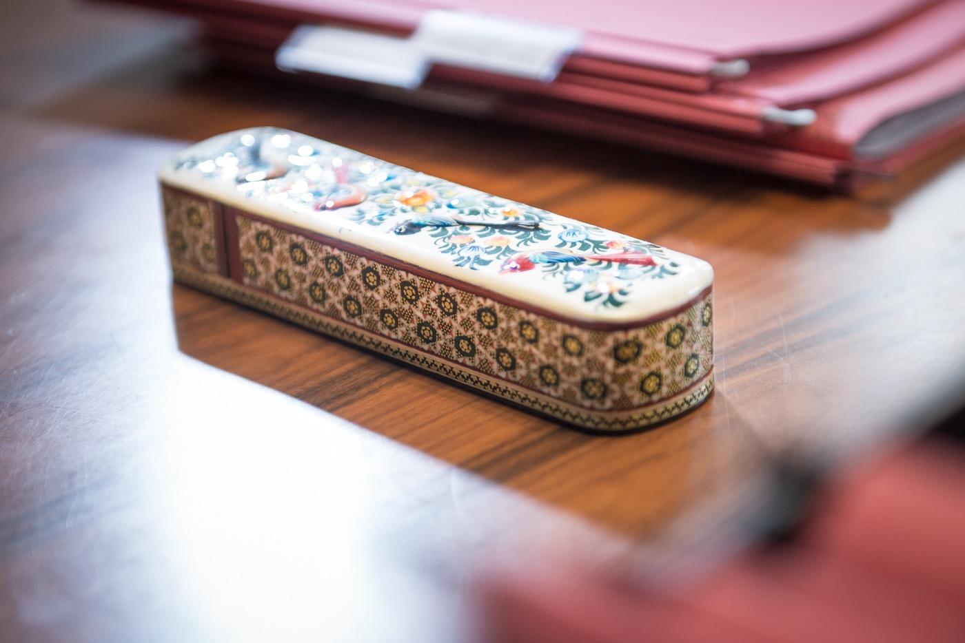 Blick ins Büro: Gesetzbuch (oben) und ein Stifteetui ihrer Großmutter.