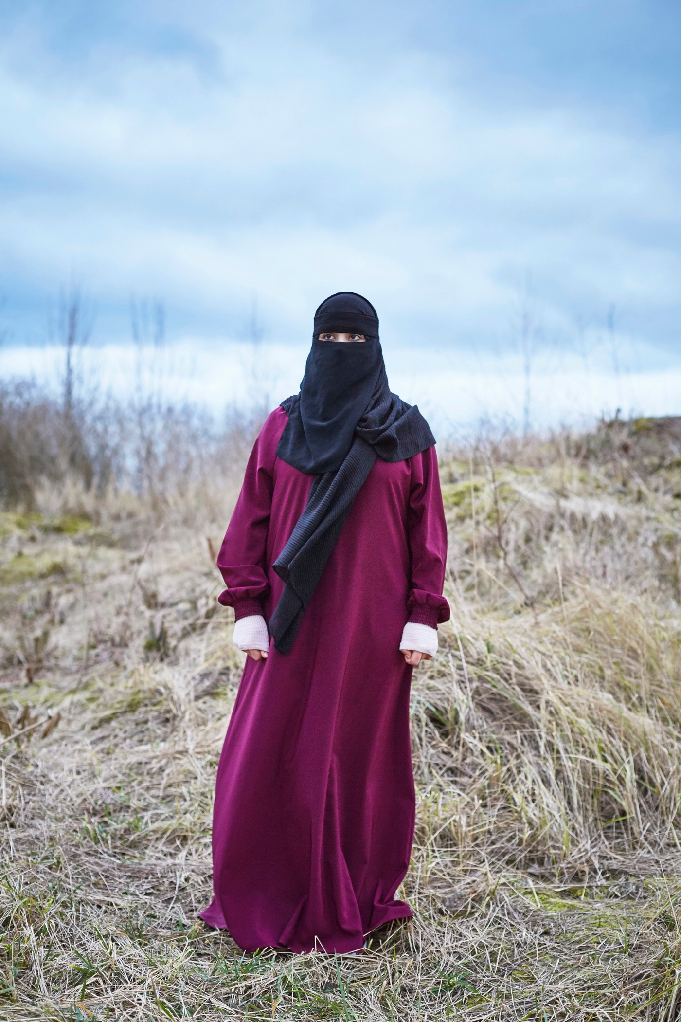 Selina Pfrüner zeigt lebensgroße, auf Stoffe projizierte Video-Portraits.