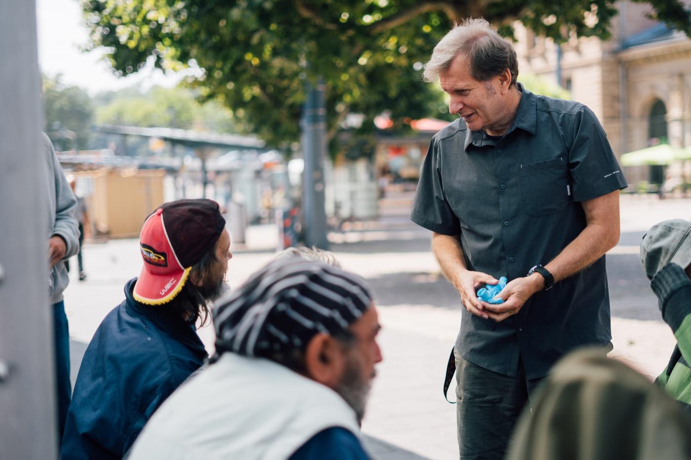 Mobile Sprechstunde auf dem Vorplatz des Mainzer Bahnhofes.