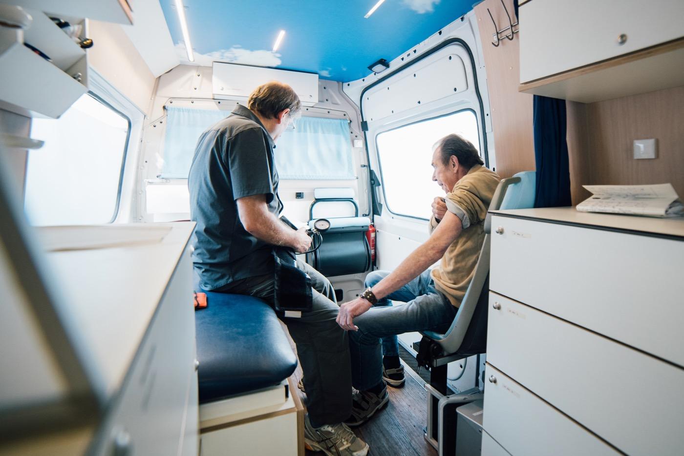 Lunge abhören, Puls messen: übliches Prozedere im Arztmobil.