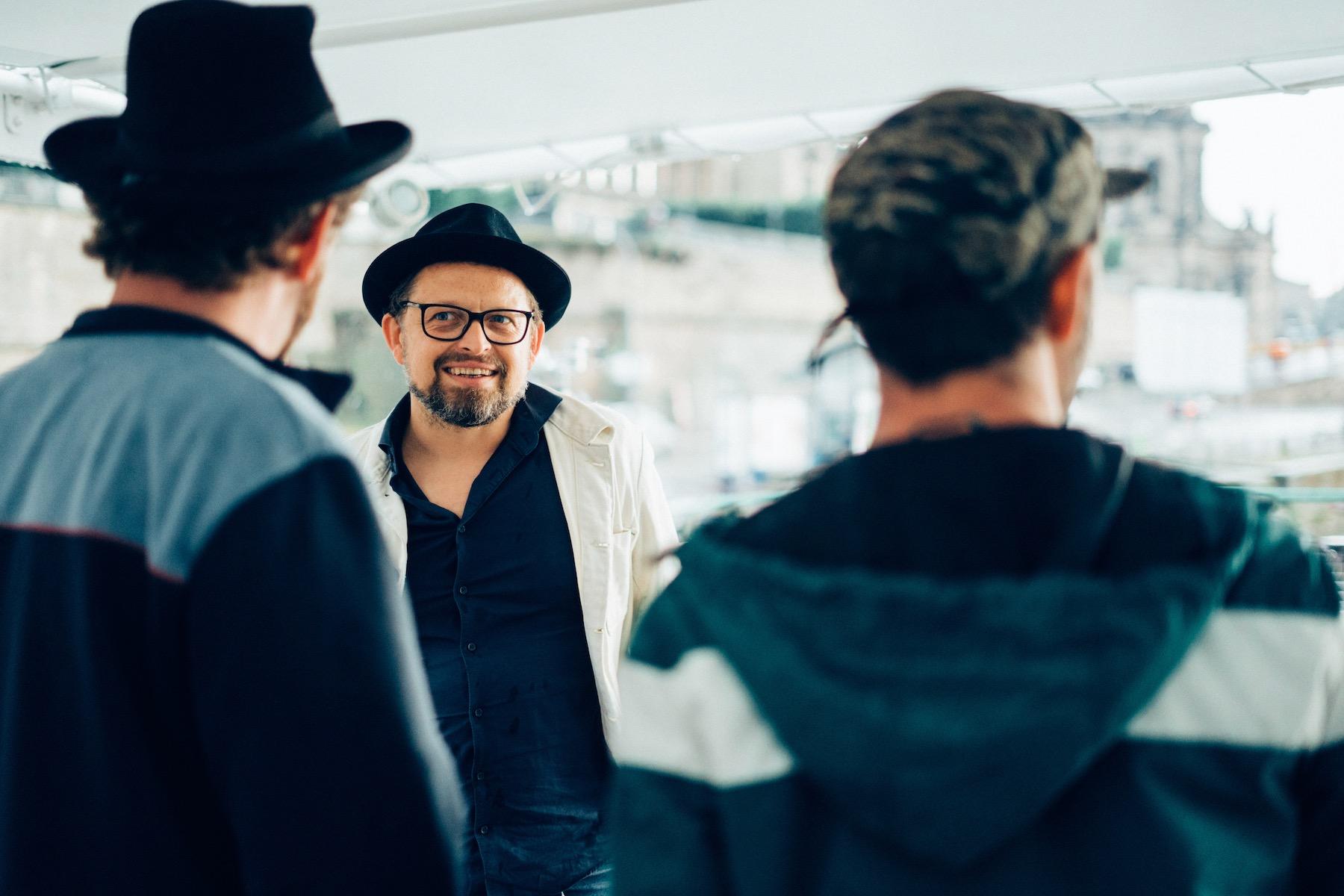 Neben ihren Auftritten gibt die Dresdner Band auch Workshops an Schulen.